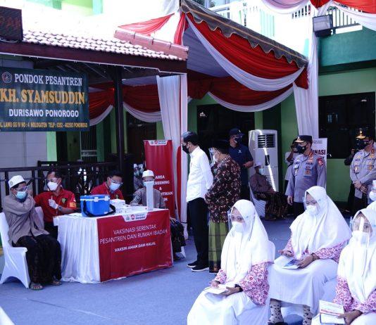 Presiden RI, Joko WIdodo meninjau kegiatan Vaksinasi Merdeka di Pondok Pesantren KH Syamsudin, Durisawo Ponorogo, Jawa Timur, Indonesia