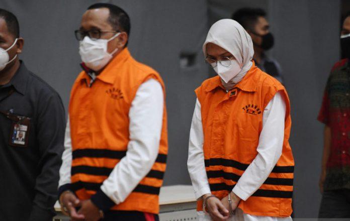 Bupati Probolinggo, Puput Tantriana Sari dan suaminya yang juga Anggota DPRI RI, Hasan Aminuddin, ditetapkan sebagai tersangka oleh KPK RI