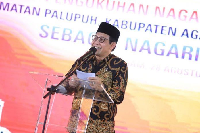 Menteri Desa PDTT RI, Abdul Halim Iskandar saat menghadiri pemberian penghargaan Desa Konstitusi kepada Wali Nagari Pasia Laweh, Kabupaten Agam, Sumatera Barat, Indonesia