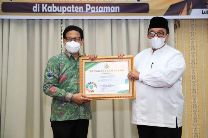 Menteri Desa PDTT RI, Abdul Halim Iskandar memberikan penghargaan apresiasi atas keberhasilan Kabupaten Pasaman melakukan pendataan berbasis SDG's Desa, Provinsi Sumatera Barat, Indonesia