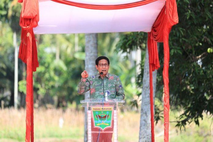 Menteri Desa PDTT RI, Abdul Halim Iskandar dalam kunjungan kerja percepatan pemulihan ekonomi nasional di desa Nagari Toboh Gadang Timur, Kabupaten Padang Pariaman, Provinsi Sumatera Barat, Indonesia