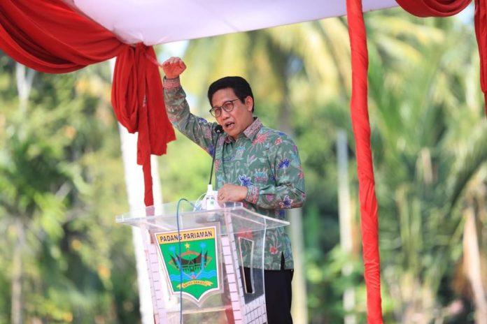Menteri Desa PDTT RI, Abdul Halim Iskandar memberikan sambutan saat kunjungan kerja di Desa Nagari Toboh Gadang Timur, Kabupaten Padang Pariaman, Provinsi Sumatera Barat, Indonesia