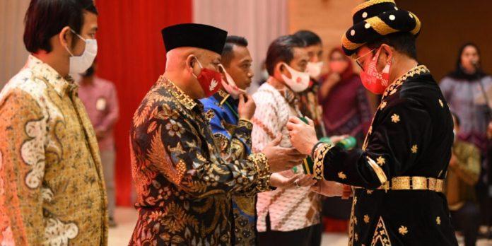 Menteri Pertanian RI, Syahrul Yasin Limpo di Perayaan dan Tasyakuran HUT RI ke 76 saat memberikan penghargaan kepada insan pertanian