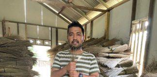 Zulfikar, Pengusaha Lidi Pelepah Sawit, Kota Langsa, Provinsi DI Aceh, Indonesia. Foto : Reza Aulia