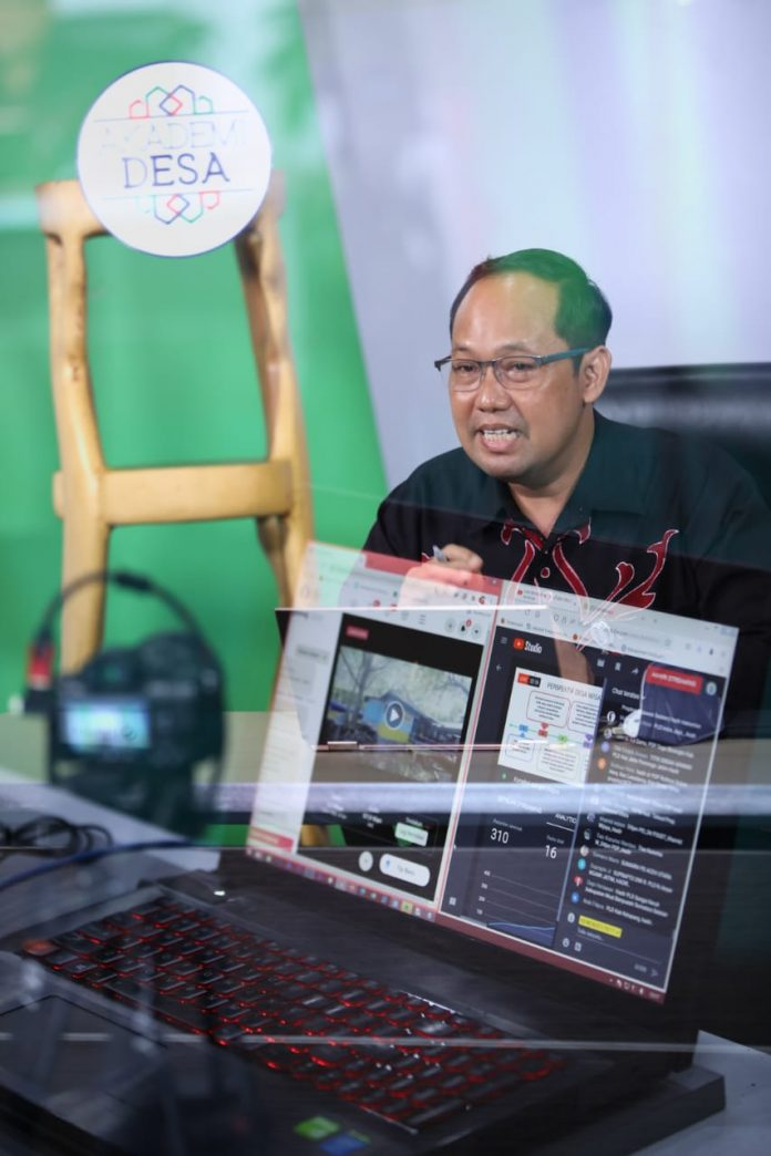 Dirjen Kemendes, Sugito saat memberikan kuliah online Akademi Desa