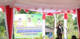 Menteri Pertanian RI, saat memberikan sambutan di Kabupaten Sorong, Provinsi Papua Barat, Indonesia